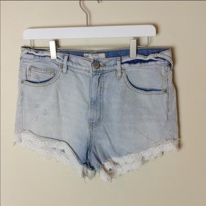 Free People light wash lace hem jean shorts 1096